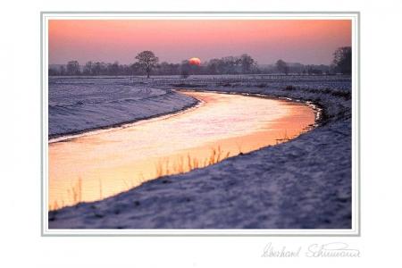 Fluss am Winterabend