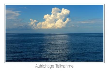 Weiße Wolke am Meereshorizont