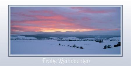 Winterlicher Abendhimmel zwischen Hügeln